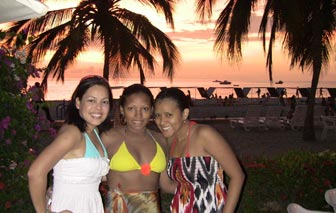 A photo of 3 Barranquilla women on the beach.